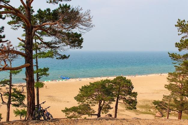 Strand bij het baikalmeer