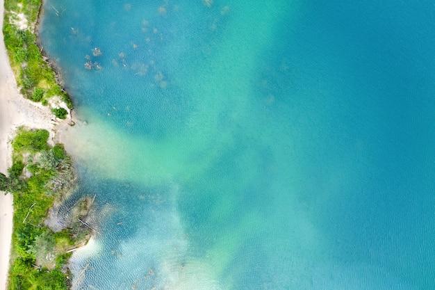Strand bij het meer met helderblauw water