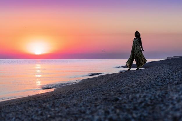 Strand bij zonsondergang mooie vrouw