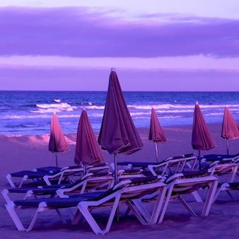 Strand. canarisch eiland. paarse kleuren zonsondergang