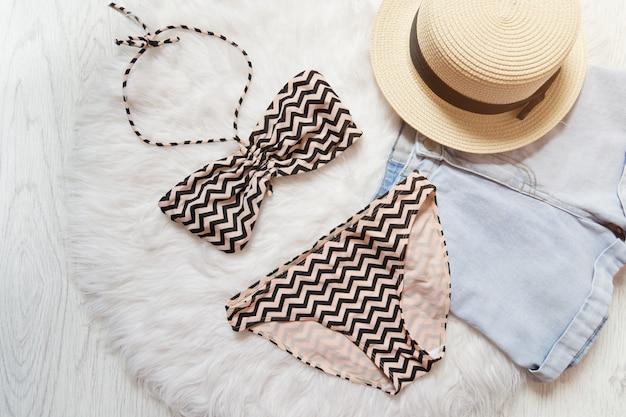 Strand concept. strohoed, korte broek, badpak.