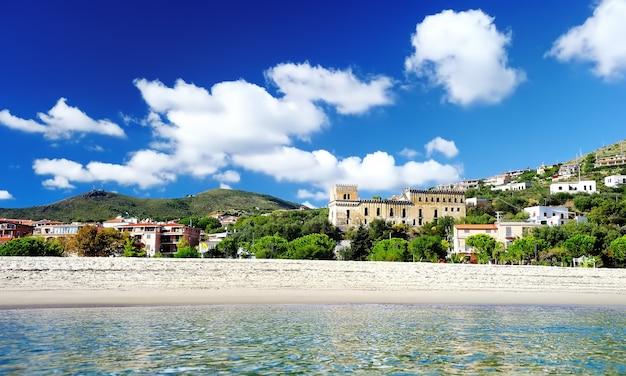 Strand en haven van marina di camerota, italië