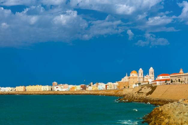 Strand en kathedraal in cadiz, andalusië, spanje