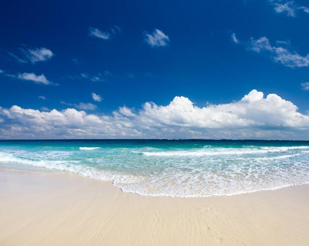 Strand en prachtige tropische zee. tropisch strand in de maldiven