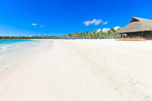 Strand en prachtige tropische zee