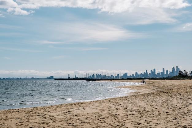 Strand en stadslandschap