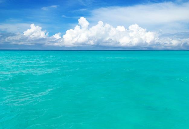 Strand en tropische zee. natuur achtergrond
