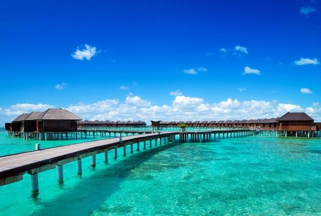 Strand en tropische zee. tropisch landschap