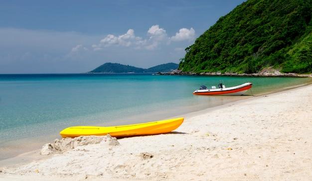 Strand en zee op ao phrao, koh samet, rayong, thailand. wit zandstrand en berg