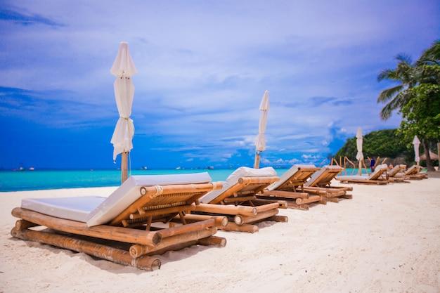 Strand houten stoelen voor vakanties op tropisch strand