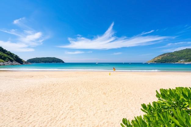 Strand in het zomerseizoen bij karon beach phuket. leeg strand verlaten.