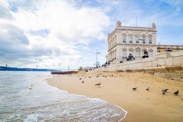Strand in lissabon praãƒâ§a do comercio portugal, 12 november 2019
