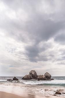 Strand in sri lanka op een bewolkte dag