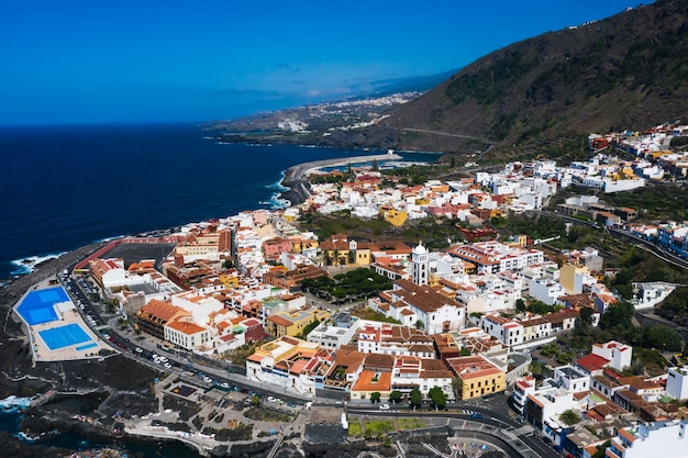 Strand in tenerife, canarische eilanden, spanje. luchtfoto van garachiko op de canarische eilanden.