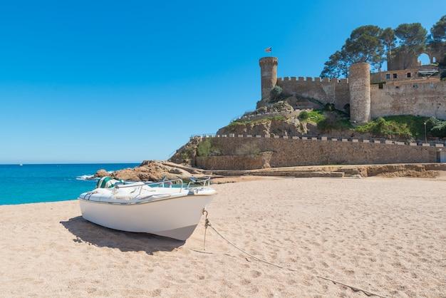 Strand in tossa de mar en vesting in een mooie de zomerdag, costa brava, catalonië, spanje