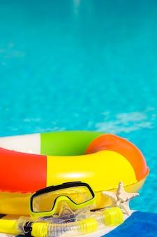 Strand items tegen blauwe water achtergrond zomervakantie concept retro getinte afbeelding