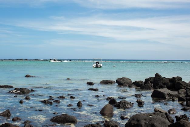 Strand kiezelsteen in de indische oceaan