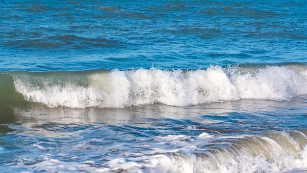 Strand met blauwe golven, zomer relax