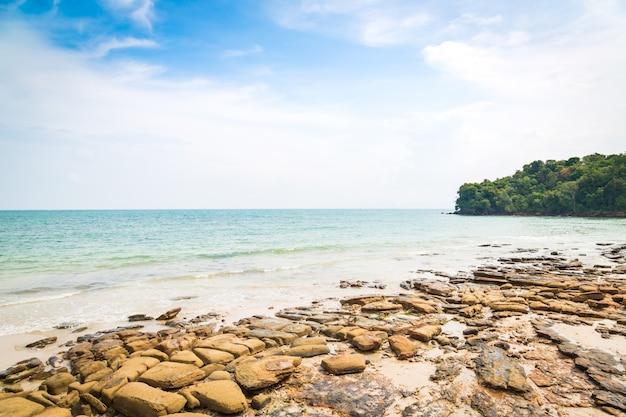 Strand met stenen en rotsen