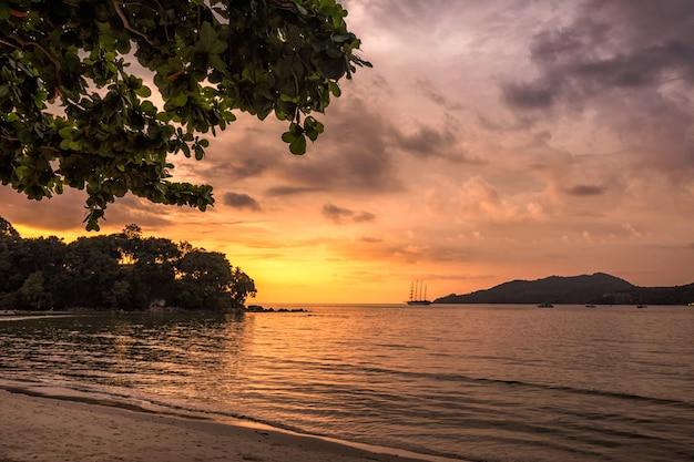 Strand met uitzicht op de zonsondergang