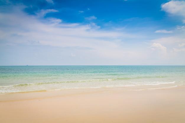 Strand met water zonder golven