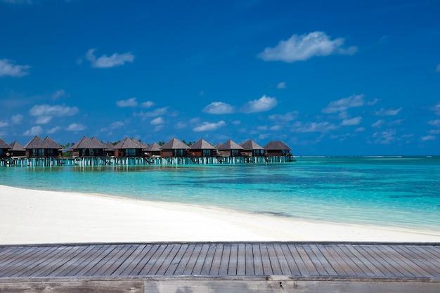 Strand met waterbungalows op de malediven
