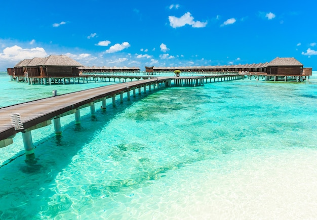 Strand met waterbungalows op malediven