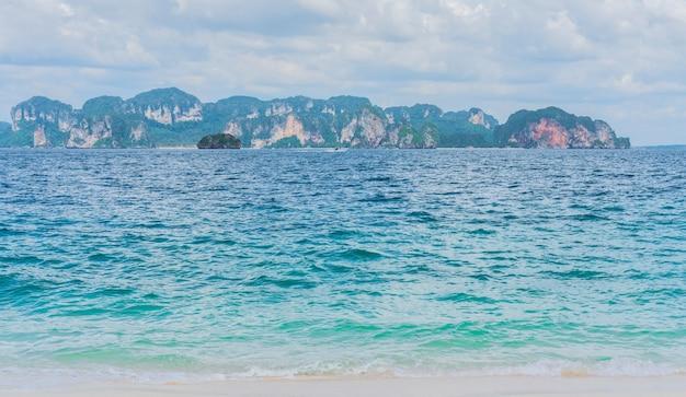 Strand met wit zand en zachte blauwe oceaangolf Premium Foto