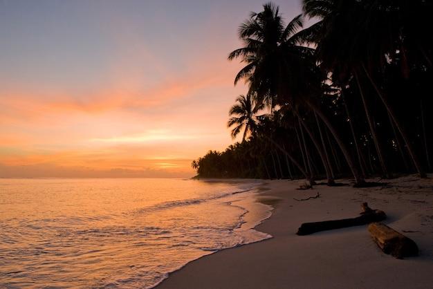 Strand op het tropische eiland. dageraad. indonesië. indische oceaan.