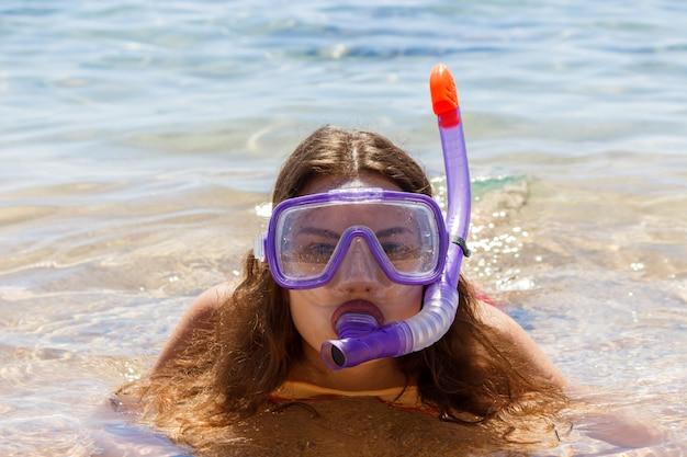 Strand vakantie plezier vrouw draagt een masker buis voor zwemmen in oceaanwater. close-upportret van een meisje in haar reisvakantie