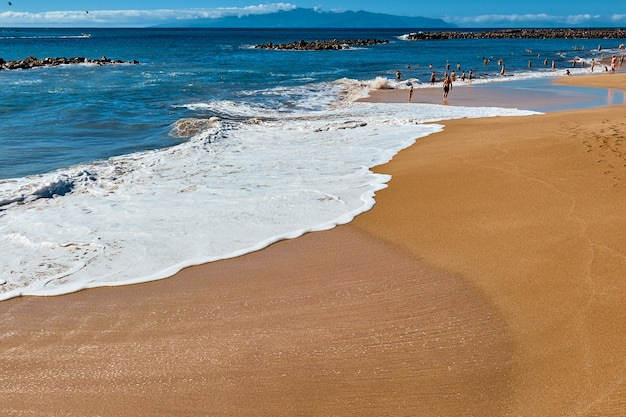 Strand van een tropische badplaats op een zomerdag