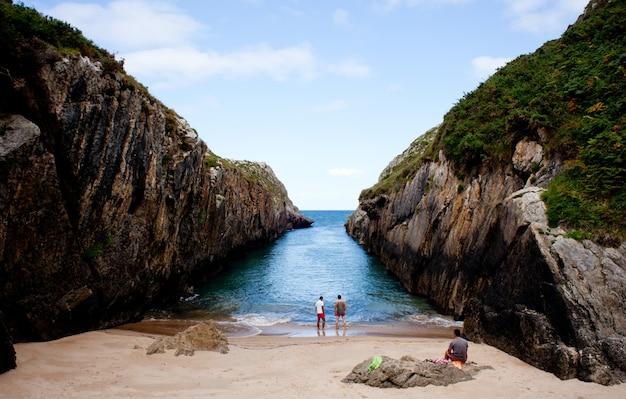 Strand van nueva de llanes, asturië, spanje