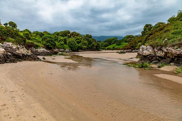 Strand van poo in de buurt van het dorp llanes