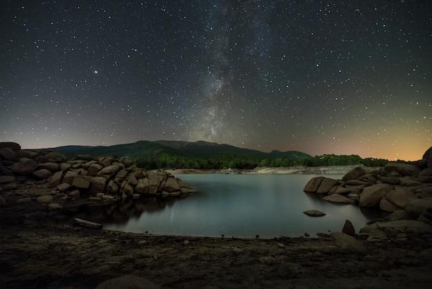 Strand van reservoir van spanje met de melkachtige manier in de hemel in de herfst