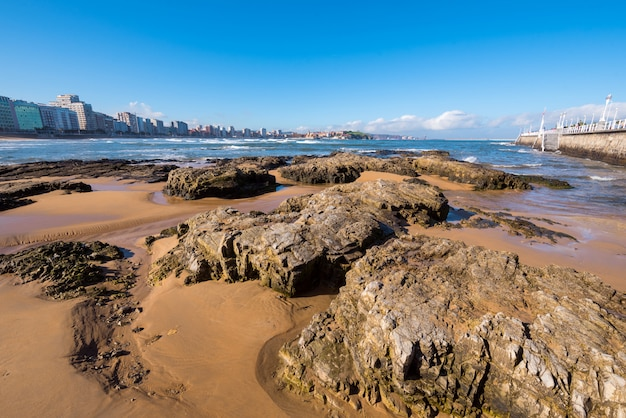 Strand van san lorenzo op een zonnige dag, gijon, asturias, spanje.