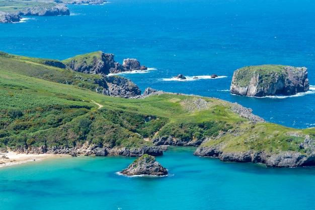 Strand van torimbia dichtbij aan llanes-dorp, asturias, spanje