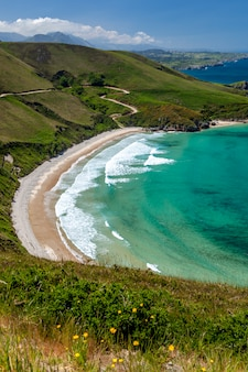 Strand van torimbia dichtbij het dorp llanes