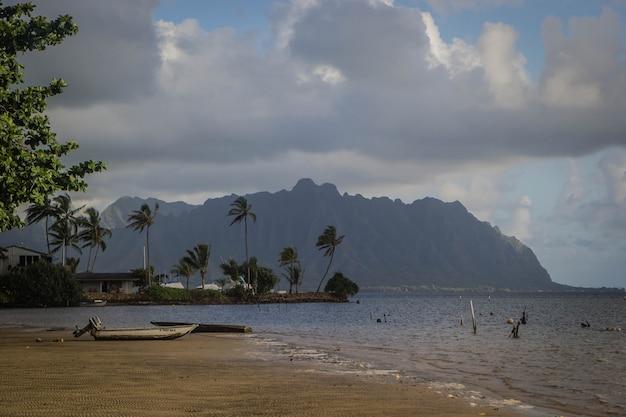 Strand van waimanalo tijdens mistig weer met adembenemende grote grijze wolken in de lucht
