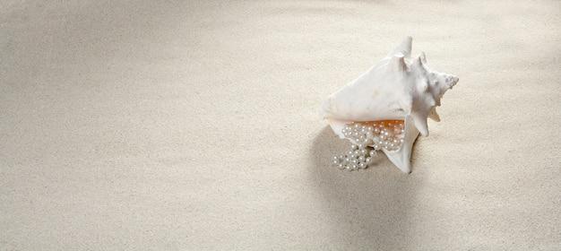 Strand zand parelhalsband shell zomervakantie