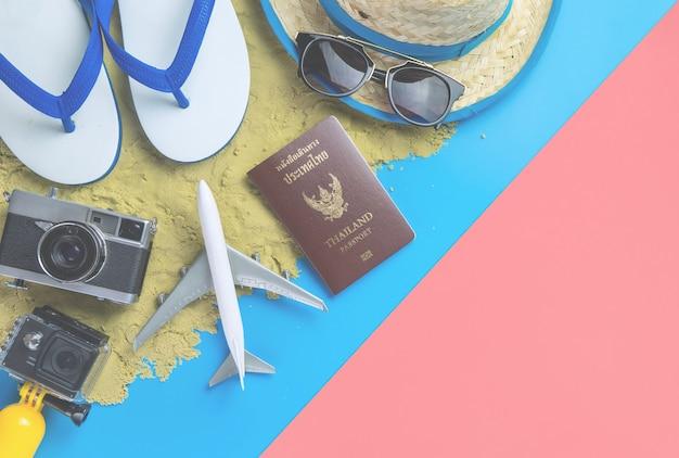 Strand zomer vakantie reizen mode op zand blauw geel roze achtergrond