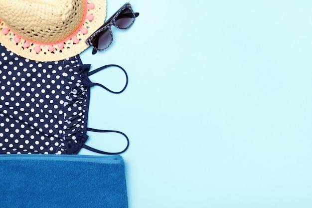 Strand zomer vrouwelijke set van kleding en accessoires.