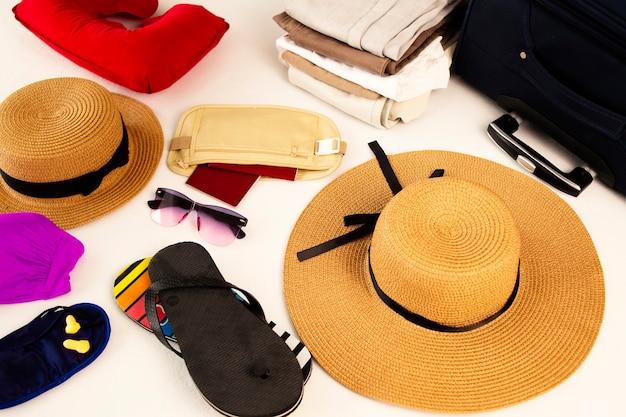 Strandaccessoires bagage reisartikelen koffer en hoed voorbereiden op vakantie of reizen