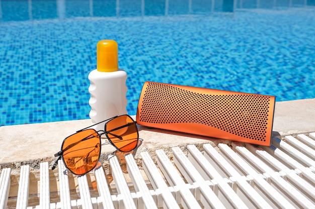 Strandaccessoires bij het zwembad