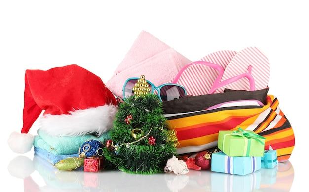 Strandaccessoires en kerstboom op wit wordt geïsoleerd