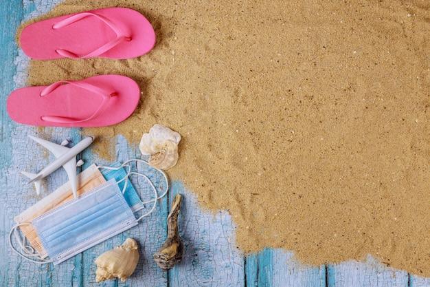 Strandaccessoires met zand en een beschermend masker