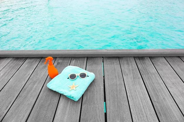 Strandaccessoires op houten ponton in zeeresort. zomer vakantie concept
