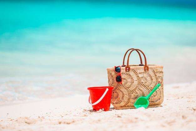 Strandaccessoires - strozak, hoed en bril op het strand