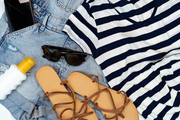Strandaccessoires voor de zomerreiziger jean en strandsandalen