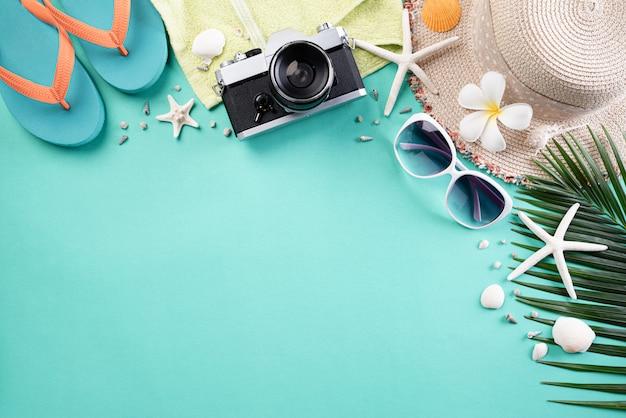 Strandaccessoires voor zomervakantie en vakantieachtergrond