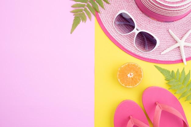Strandaccessoires voor zomervakantie en vakantieconcept. copyspace